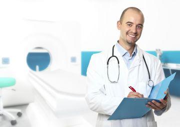 Врач оформляет больничный