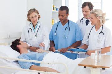 Человек в больничной койке