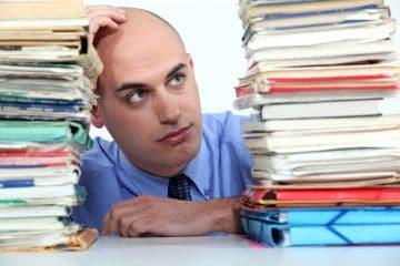 офисный работник с документами