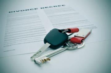 ключи от автомобиля и заявление на развод