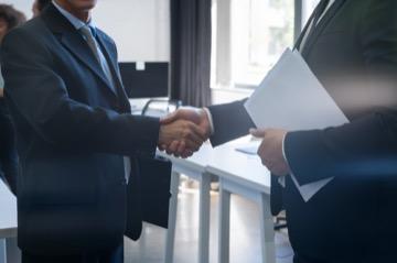 Отказ от заключения контракта по 44-ФЗ заказчиком или поставщиком: основания, порядок действий, последствия для участников
